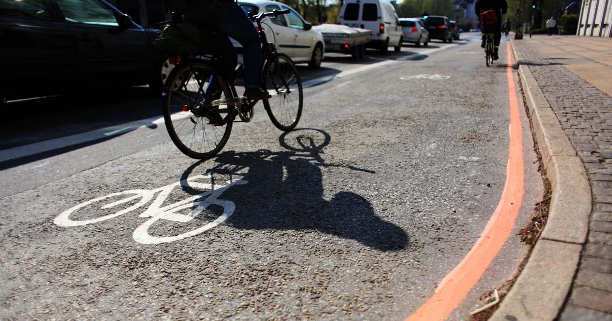"""Vejdirektoratet har netop udgivet pjecen: """"Vejtekniske løsninger for cyklister - Effekt på sikkerhed og oplevet tryghed"""". Via Trafik har bistået med opgaven. I pjecen beskrives, på en kortfattet og letforståelig måde, effekterne af ti udvalgte løsninger på cyklisters sikkerhed, oplevet tryghed og fremkommelighed."""