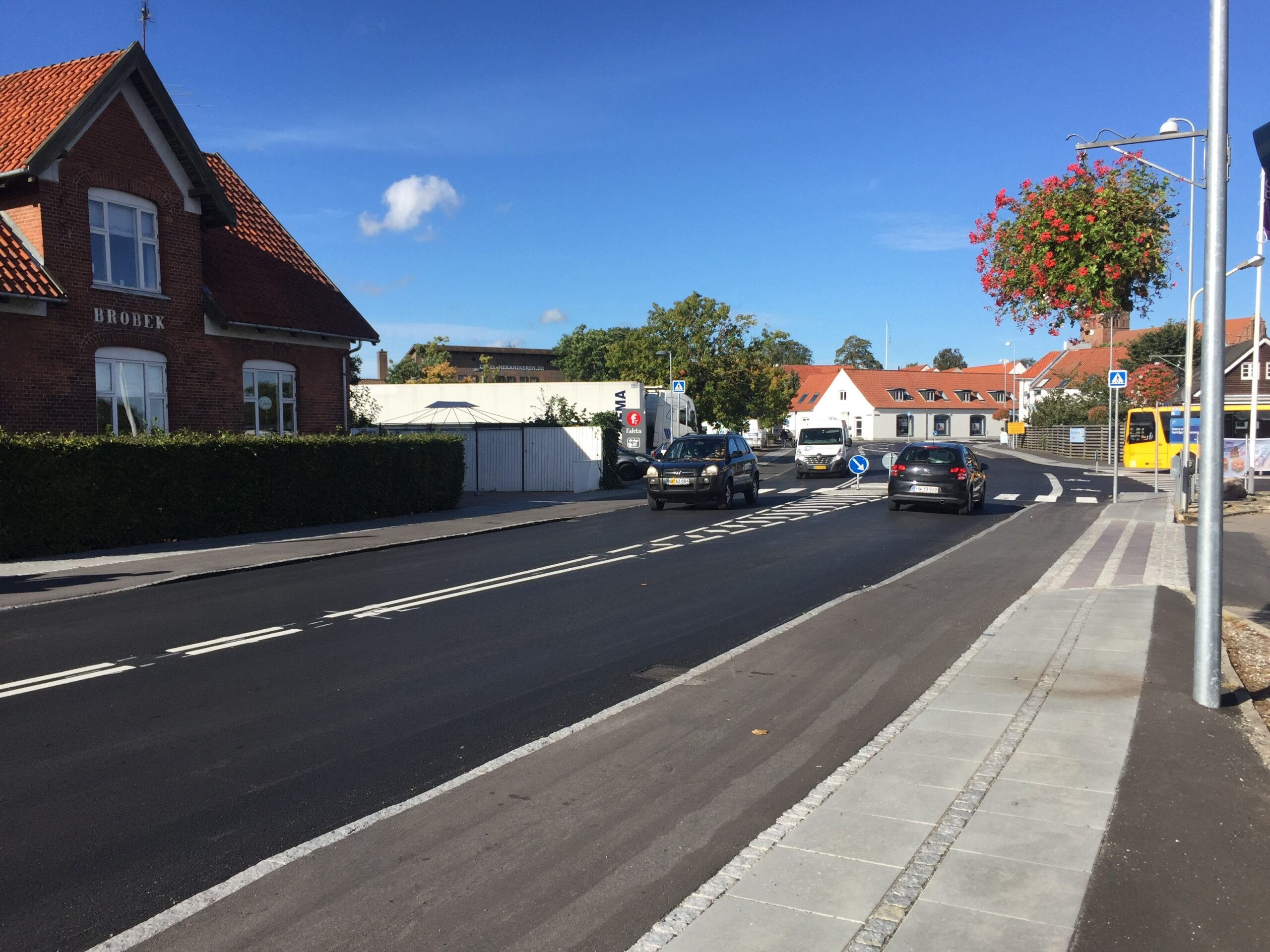 Brobæksgade i Slangerupe er ombygget, så de bløde trafikanter tilgodeses. Via Trafik har hjulpet med opgaven.