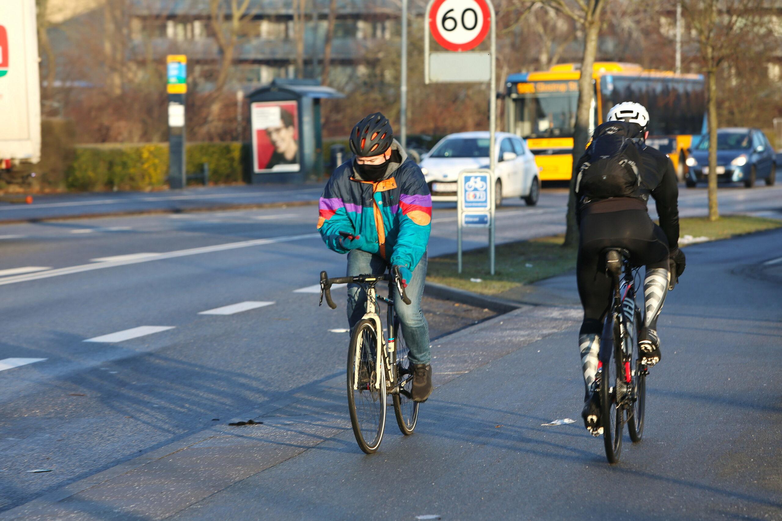 """Cykeladfærd: Vi har undersøgt adfærden blandt 23.000 cyklister i Aarhus– blandt andet, hvor mange, der cykler uden at have begge hænder på styret, hvorfor de gør det, og hvad der kendetegner cyklisterne. Det er der kommet en artikel ud af. Artiklen hedder: """"Styr på cykelstyret """"."""