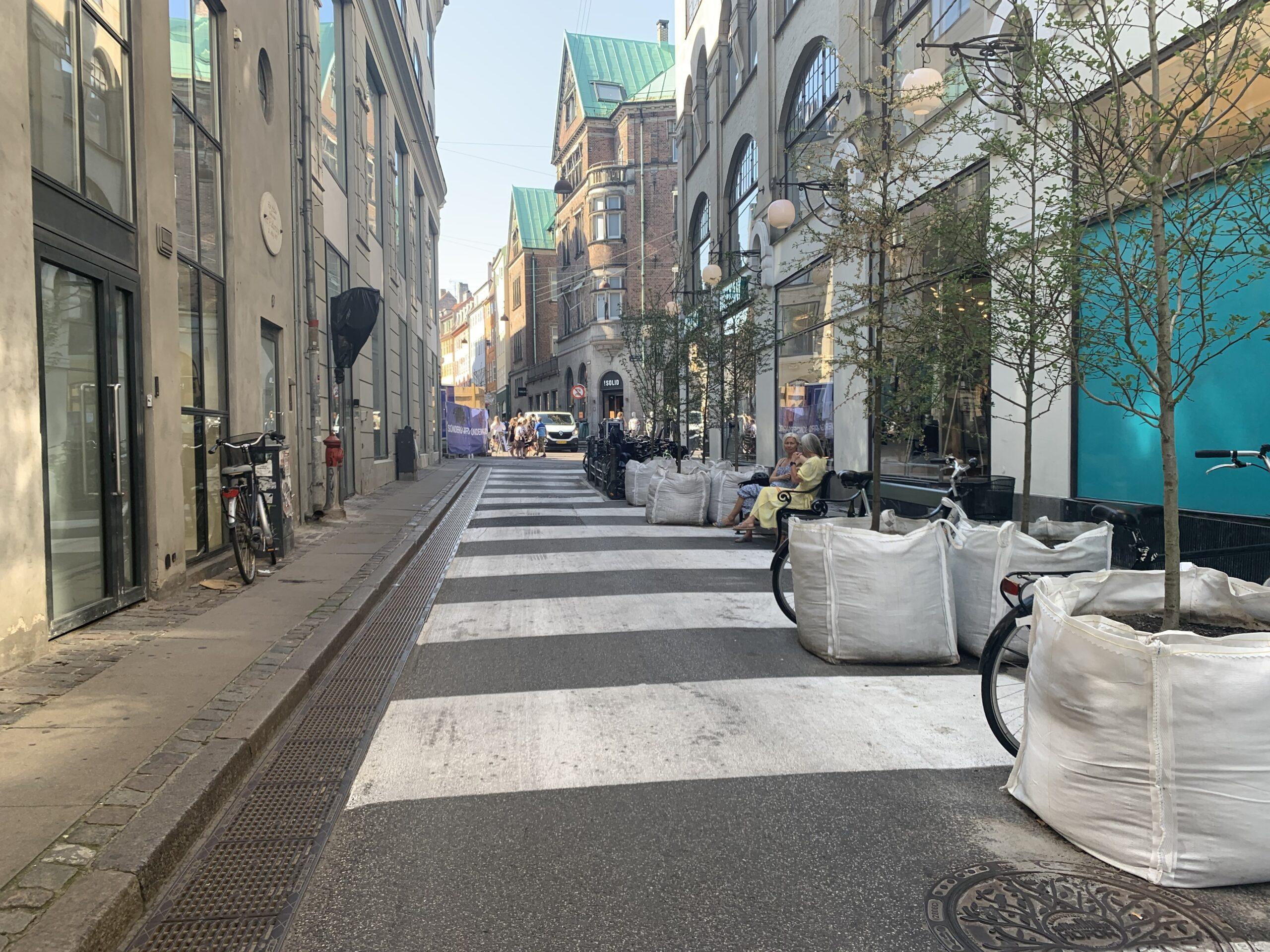 Middelalderbyen - byrumsforsøg. Via Trafik har hjulpet Københavns Kommunes rådgivere TREDJE NATUR og PLADS Aps med udarbejdelse af midlertidigt projekt for 5 byrum i Indre By.